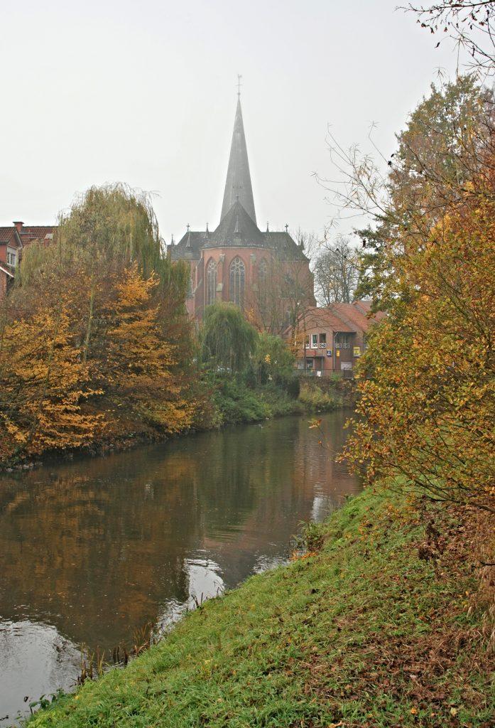 Ansicht der Kirche von Osten über die Bever.